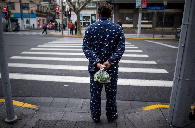 Manden er i pyjamas, mens han henter lidt grønt.