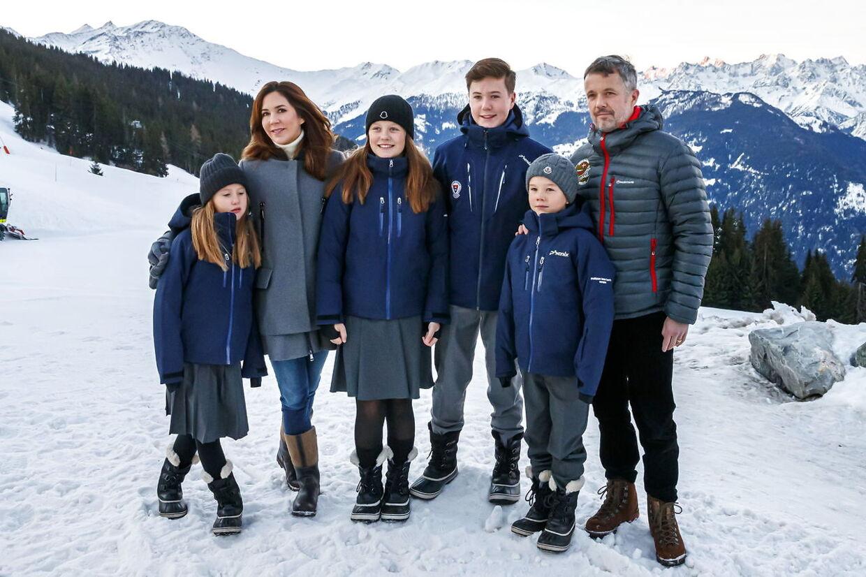 Det er især skoleuniformerne, der henrykker kronprinsparrets børn, som netop er startet på kostskole i Verbier.