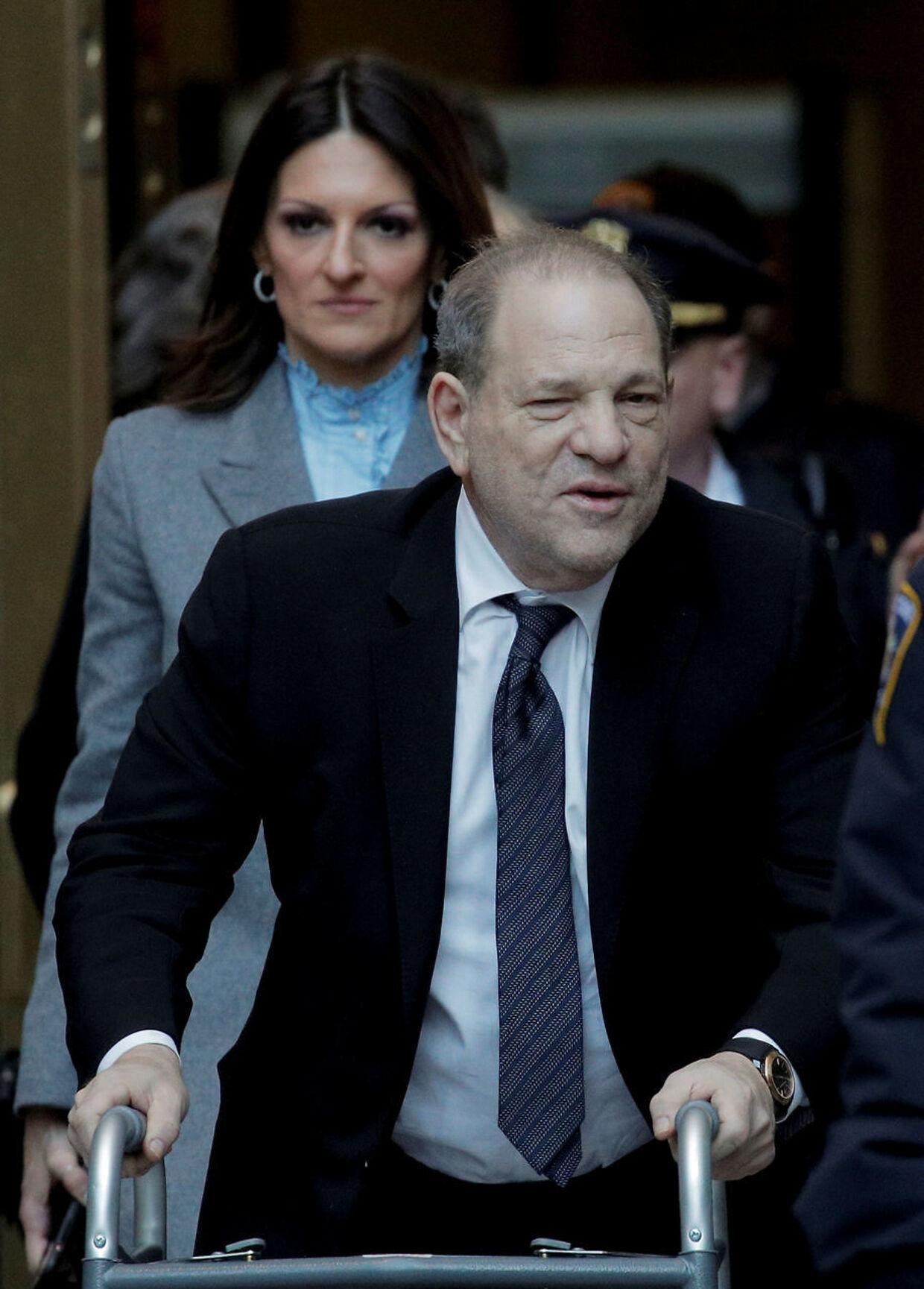 Harvey Weinstein med gangstativ. Bag Weinstein ses forsvarsadvokat Donna Rotunno.