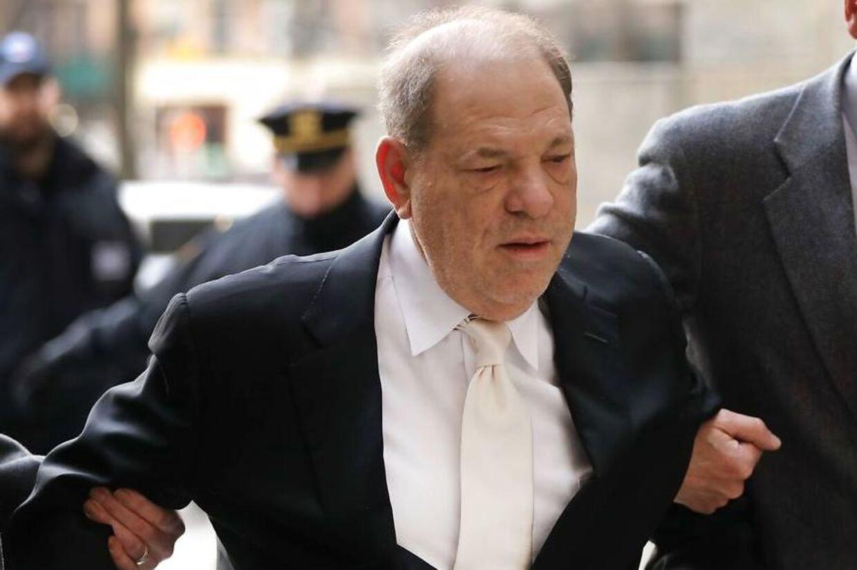 Harvey Weinstein ankommer til retten i New York - for første gang uden gangstativ.