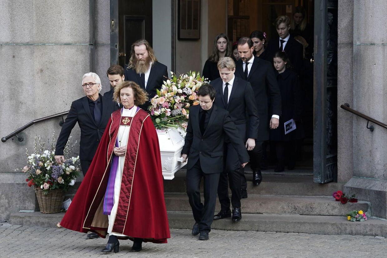 Ari Behns far var med til at bære sin søns kiste ved bisættelse i Oslo domkirke 3. januar.