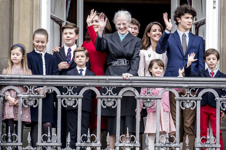 Selv om de alle er børnebørn af dronningen, så er der forskel på henholdsvis kronprinsparrets børn og prins Joachims børn.