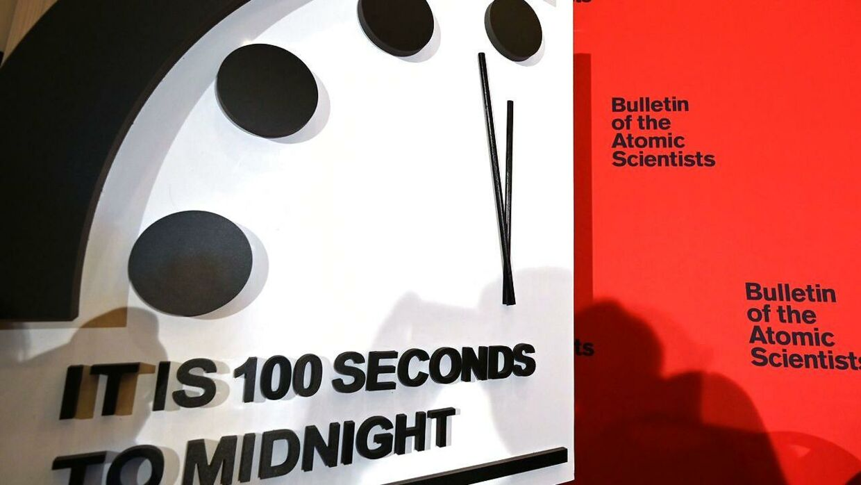 Her kan du se, hvordan uret viser, at der kun er 100 sekunder til, at klokken slår tolv.