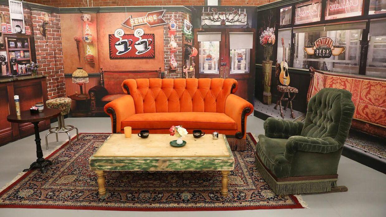 I forbindelse med 'Friends'-seriens 25-års jubilæum i 2019 blev en række rekvisitter og kulisser fra seriens 'Central Perk'-café udstillet i New York City, USA.