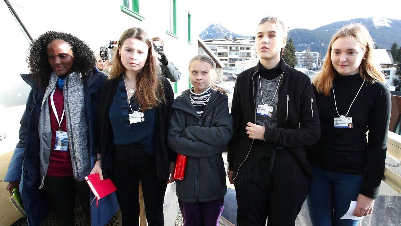 Her ses Vanessa Nakata fra Uganda sammen med svenske Greta Thunberg, tyske Luisa Neubauer, svenske Isabelle Axelsson og schweiziske Loukina Tille under World Economic Forum i Davos.