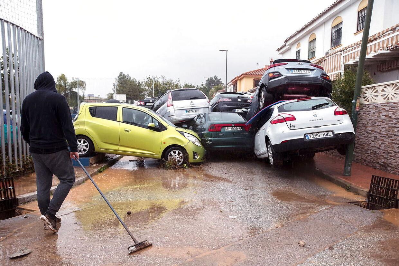 Det kraftige skybrud på Solkysten i Spanien ramte op til weekenden blandt andet i Campanillas ved Malaga, hvor personbiler blev væltet hulter til bulter.