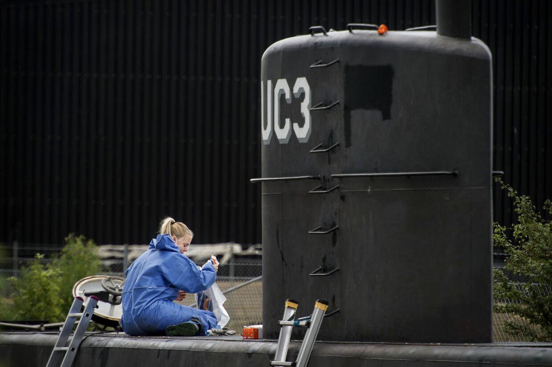 Peter Madsen's ubåd UC3 Nautilus bliver undersøgt af retsmedicinere den 24. august 2017.