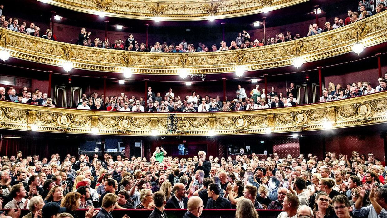 Det Kongelige Teater får kritik for at have tilladt drikkevarer i salen under forestillinger. Arkivfoto.