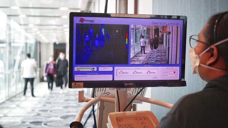 I Changi Airport i Singapore monitorerer personale alle passagerer fra Kinas temperaturer ved ankomst.