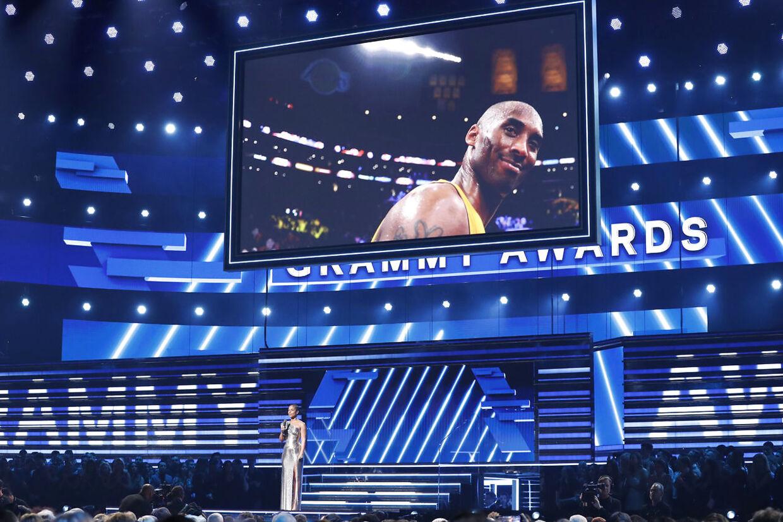 Hele USA er i Chok: NBA-legenden Kobe Bryant hyldes ved Grammy Awards natten til mandag, dansk tid. På scenen ses sangerinden Alicia Keys.