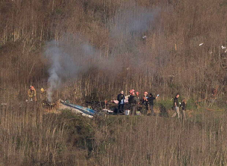 Brandfolk ved den nedstyrtede helikopter.