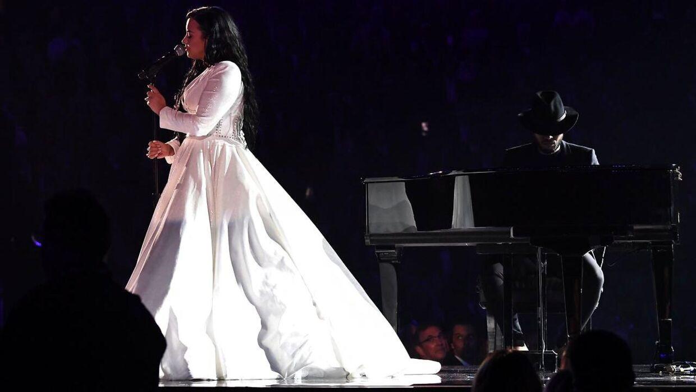 Demi Lovato på scenen i Staples Center, hvor showet løb af stablen.