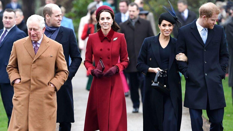 Prins Charles ses her sammen med sine sønner og deres koner. Harry og Meghans exit fra kongehuset kan nu koste ham dyrt. (Foto: Scanpix)