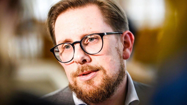Simon Emil Ammitzbøll-Bille venter nu på lægernes dom efter hans operation for testikelkræft.