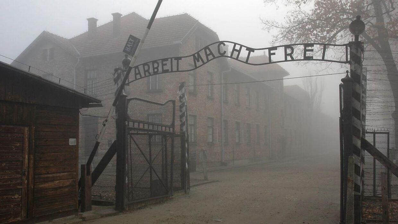 'Arbeit macht frei' står der ved indgangen til Auschwitz. Men der var ingen frihed i lejren, fortæller Arlette Andersen.