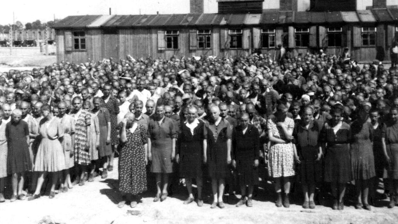 Ved ankomst til Auschwitz fik alle de jødiske fanger klippet deres hår af. De fik taget deres personlige ejendele og for at umenneskeliggøre dem yderligere, blev de givet et fangenummer. Et nummer, der blev tatoveret på deres arme. Her et billede fra 1944.