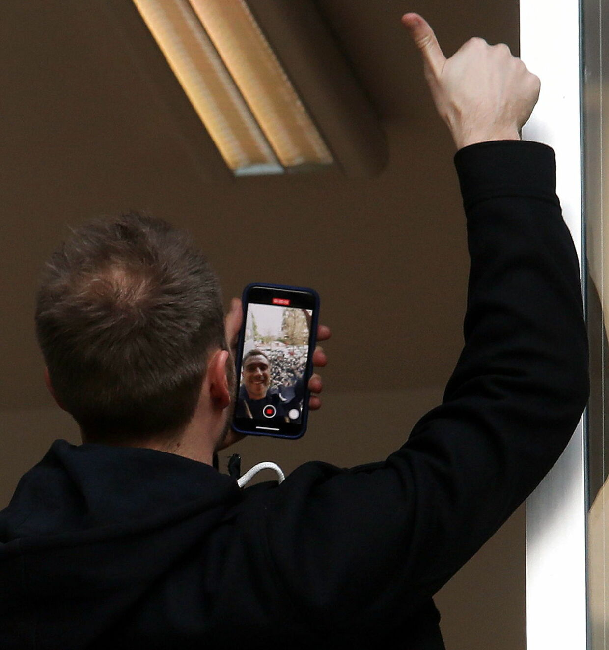 epa08170044 Inter Milan's Danish new player Christian Eriksen takes a selfie as he greets fans from a window of the Coni (Italian Olympic Committee) office before undergoing a medical examination in Milan, Italy, 27 January 2020. EPA/MATTEO BAZZI