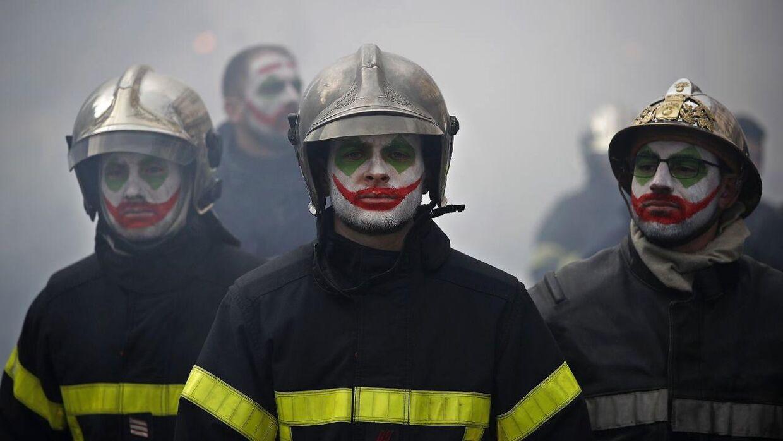 Flere brandmænd har malet sig i hovedet og henviser til filmen 'The Joker'.