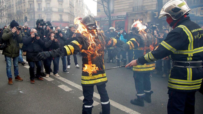 Brandvæsenet sætter ild til sine uniformer.