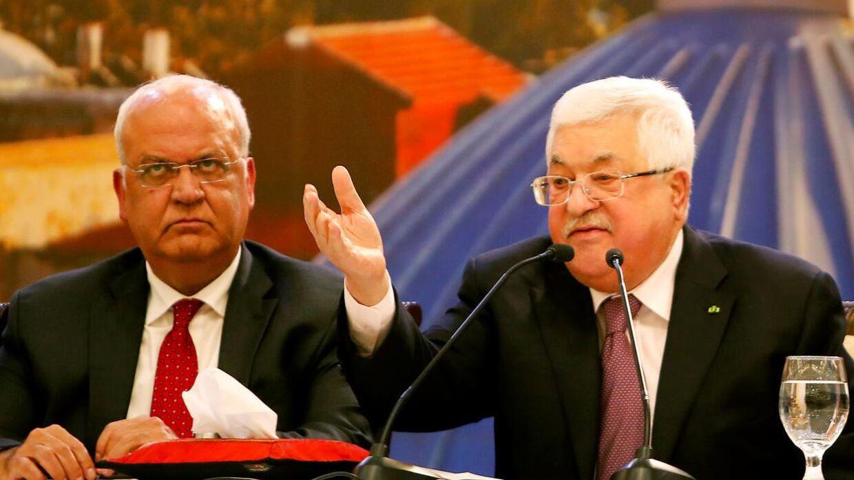 Den palæstinensiske præsident Mahmoud Abbas (til højre) på et pressemøde, efter præsident Donald Trump havde fortalt om sin fredsplan.