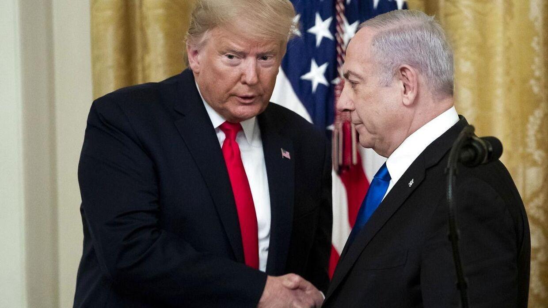 Præsident Donald Trump giver her hånd med den israelske premierminister Benjamin Netanyahu.