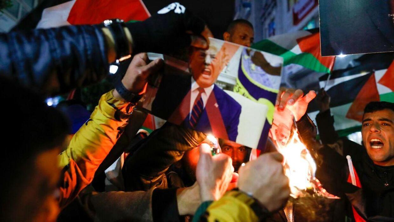 Palæstinensiske demonstranter har dagen igennem været på gaden - særligt i Gaza - for at vise utilfredshed med Donald Trumps fredsplan.