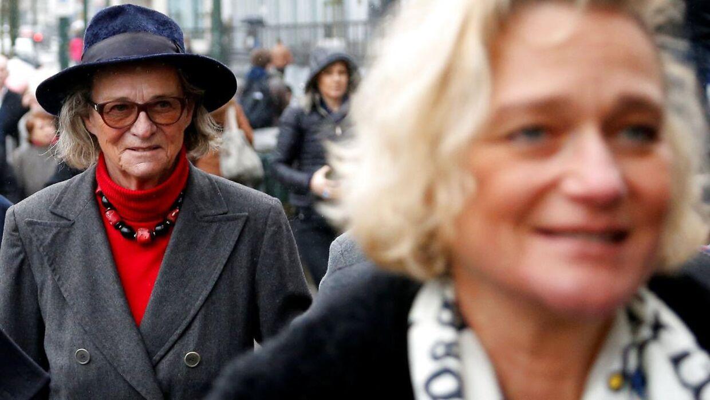 Kong Alberts kærlighedsbarn Delphine Boel (i forgrunden) og hendes mor, Sybille de Selys Longchamps, ved retten i Bruxelles i 2017. Kvinderne har i årevis kæmpet for at bevise, at Boel er hans barn, og nu er det bevist med en faderskabstest. (Foto: Scanpix)