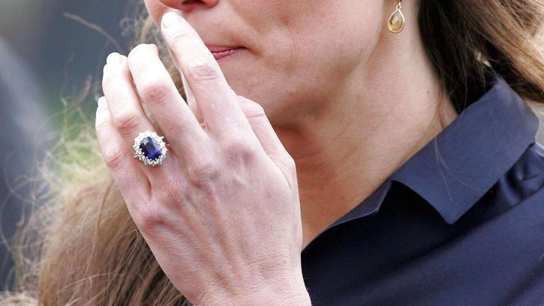 (Arkiv) Her ses forlovelsesringen på Kate Middletons finger.