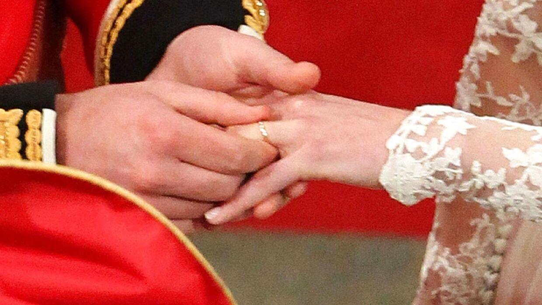 (Arkiv) Prins William giver sin hustru, Kate Middleton, vielsesringen på til deres bryllup i 2011.