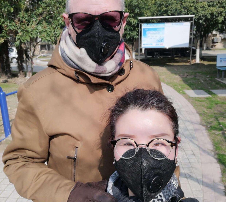 Karsten Dan Andersen og hans kinesiske kæreste, Hefang, i byen Wuhan, som er ramt af coronavirus.
