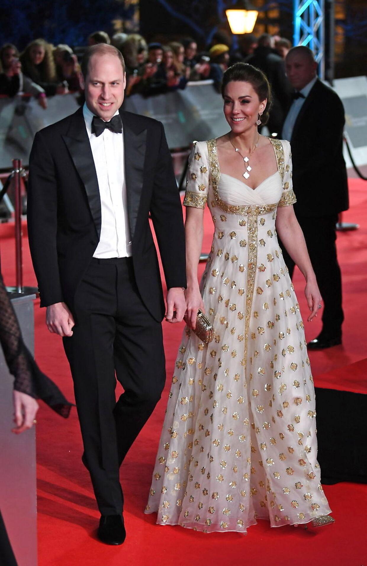 Her ses hertugen og hertuginden af Cambridge, da de ankommer til BAFTA-uddelingen. Hertuginde Kate var i en kjole, hun også har brugt tidligere.