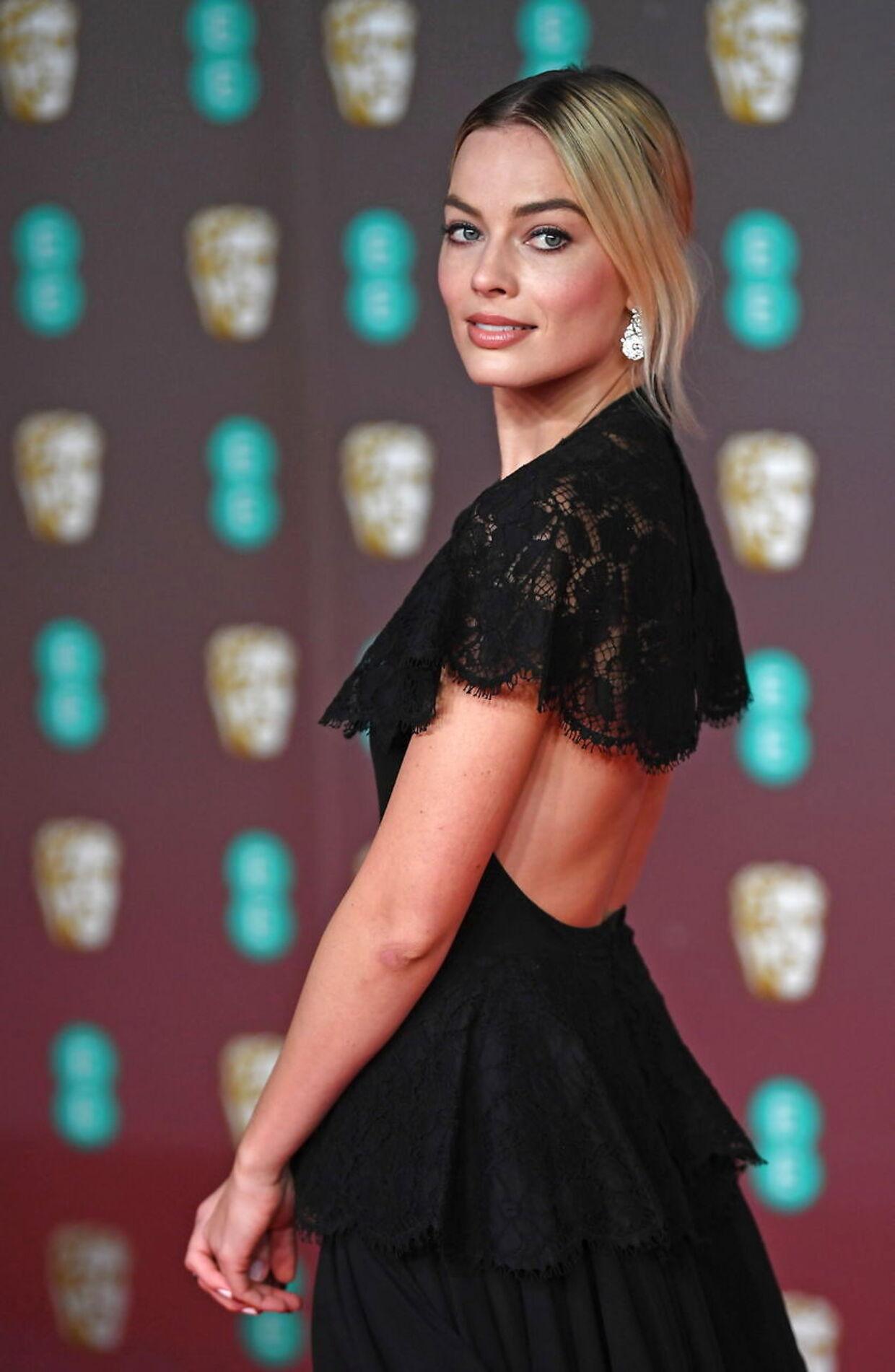 Margot Robbie havde et bart kkig til ryggen i sin sorte kjole, som hun bar ved BAFTA-uddelingen.