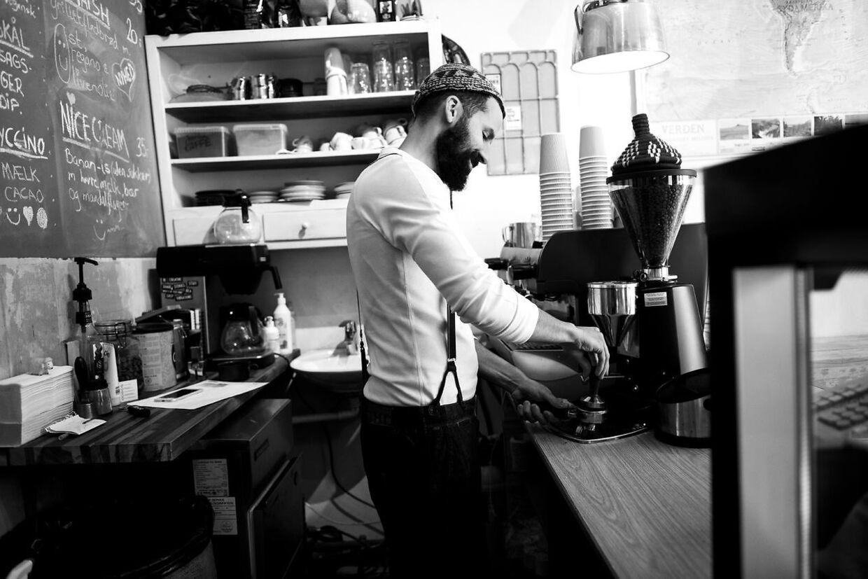 Isam B i sin kaffebar på Nørrebro.