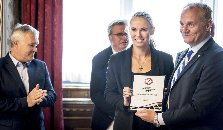 Dansk Tennis Forbunds formand Henrik Thorsøe Pedersen, til højre, overrakte i april 2018 på Københavns Rådhus prisen som 'Årets Tennisspiller 2017' til Caroline Wozniacki. På billedet ses endvidere hendes far og træner Piotr Wozniacki.