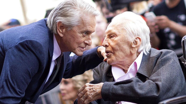 Skuespiller Kirk Douglas (th.) er død i en alder af 103 år. Her ses han i 2018 med sin søn, den kendte skuespiller Michael Douglas (tv.).