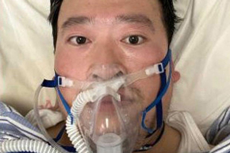 Den kinesiske læge Li Wenliang, der var en af otte kinesiske læger, der forsøgte at varsko de kinesiske myndigheder om udbruddet af det, vi nu kender som coronavirruset, i Wuhan, er torsdag afgået ved døden. For to dage kunne CNN fortælle, at Li Wenliang selv var blevet smittet. (Arkivfoto) Li/Ropi/Ritzau Scanpix