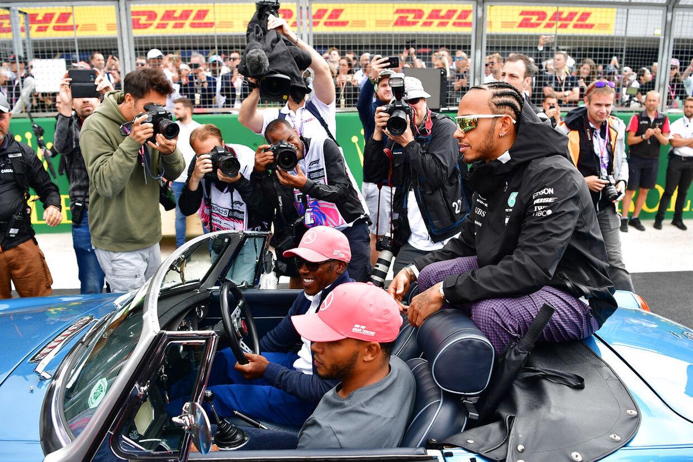 Lewis Hamilton blev kørt rundt af sin far i juli 2019.