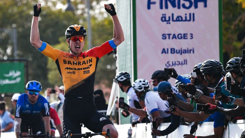 Phil Bauhaus krydser her målstregen på tredje etape af Saudi Tour foran NTT's Reinardt Janse Van Rensburg.