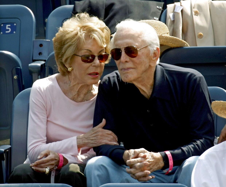 Kirk Douglas og hans kone Anne Buydens hygger sig sammen til en Tenniskamp i 2007