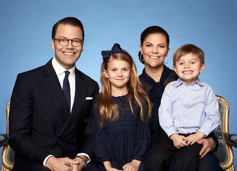 Det svenske kongehus har netop udsendt et nyt billede af den svenske kronprinsesse famiie.