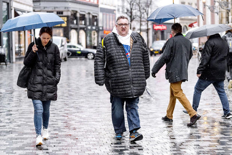 Brian Stausholm lider af en spiseforstyrrelse- svær overspisning. Han prøver at få hjælp fra Roskilde Kommune, men de lytter ikke og nu er han bange for at dø inden for få år hvis der ikke sker noget. Brian bliver let forpustet og må ofte sætte sig eller holde pauser for at få vejret.