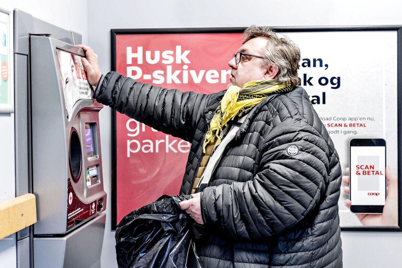 Brian Stausholm lider af en spiseforstyrrelse- svær overspisning. Han prøver at få hjælp fra Roskilde Kommune, men de lytter ikke og nu er han bange for at dø inden for få år hvis der ikke sker noget. Brian køber altid ind lige når butikken åbner, for så er der ikke så mange der kigger på ham. Brians store sodavandsforbrug betyder også at han ofte må forbi flaskeautomaten med en sæk fuld af tomme dåser og flasker.