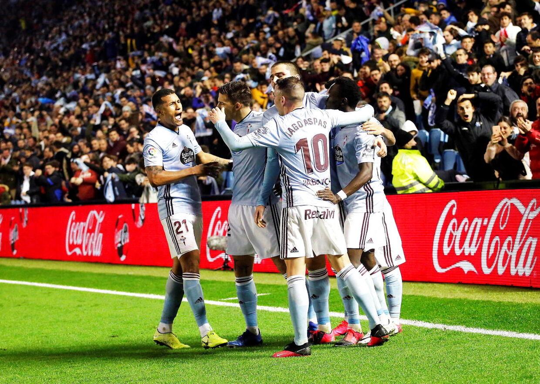 Celta-spillerne jubler over Pione Sistos sene scoring mod Sevilla.