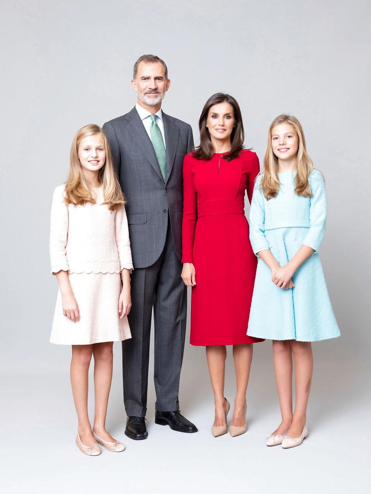 Den spanske kongefamilie med kronprinsesse Leonor ved siden af sin far, kong Felipe VI,mens dronning Letizia står ved siden af datteren prinsesse Sofia.