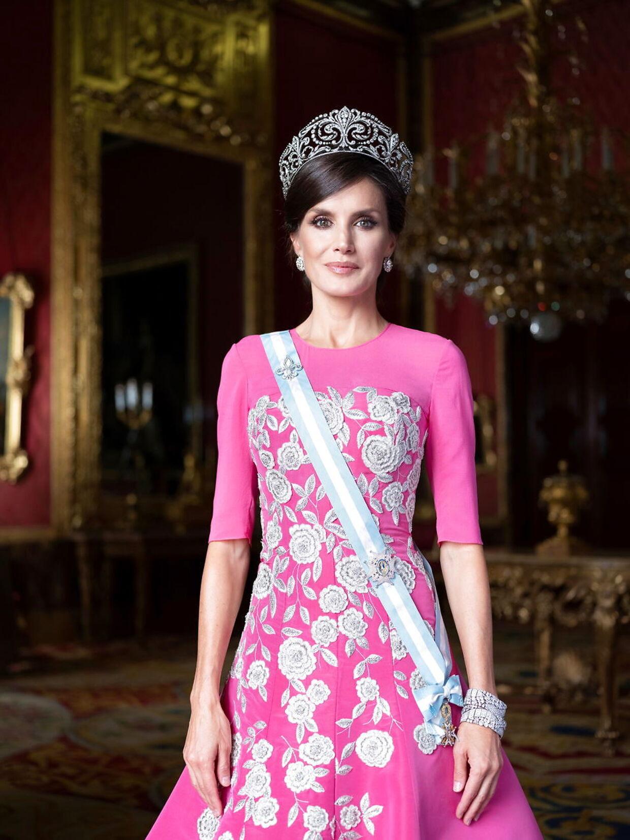 Dronning Letizia ser fantastisk ud i denne kjole lavet specielt til hende af Carolina Herrera. Kjolen blev brugt første gang, da hun i oktober overværede kroningen af den japanske kejser. På hovedet bærer hun en krone ved navn 'Tiara de las Flores de Lis', som har været i den spanske kongefamilie siden 1906.