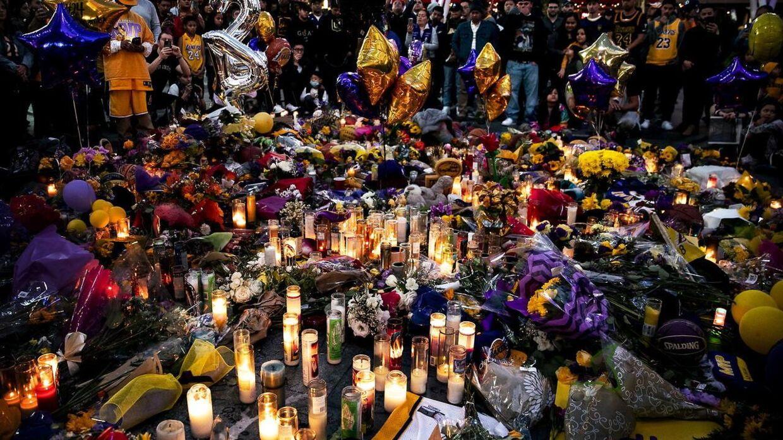 En masse blomster, trøjer og hilsener blev efter ulykken lagt ved Staples Center i Los Angeles.