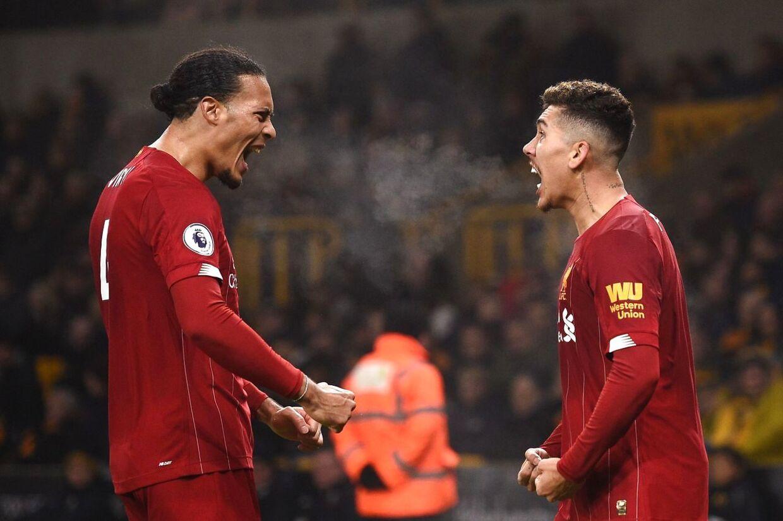 Virgil van Dijk og Roberto Firmino jubler i kampen mellem Liverpool og Wolverhampton.