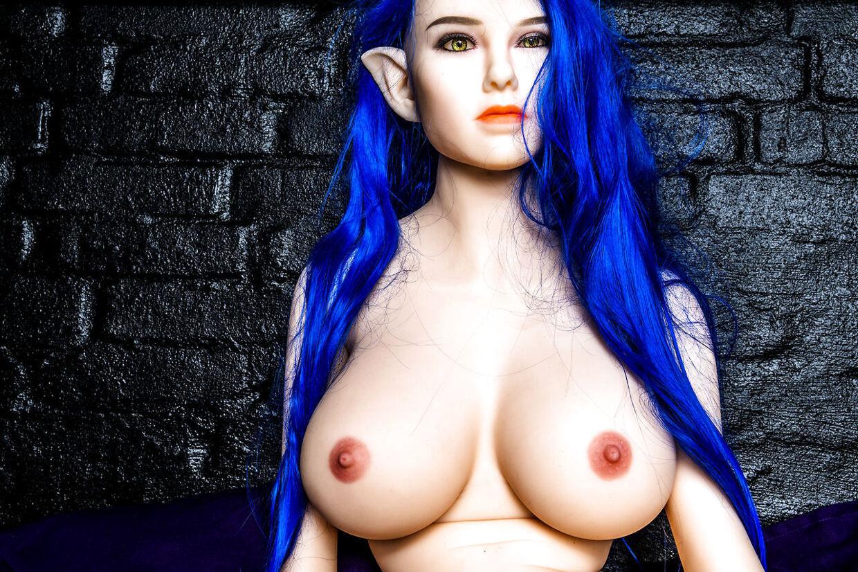 Den blåhårede 'elver-dukke' er en af de mest populære på bordellet. Hun kan kendes på de karakteristiske, spidse elverører.