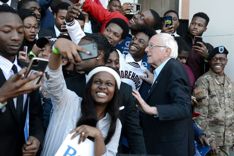 Bernie Sanders omgivet af sorte tilhængere.