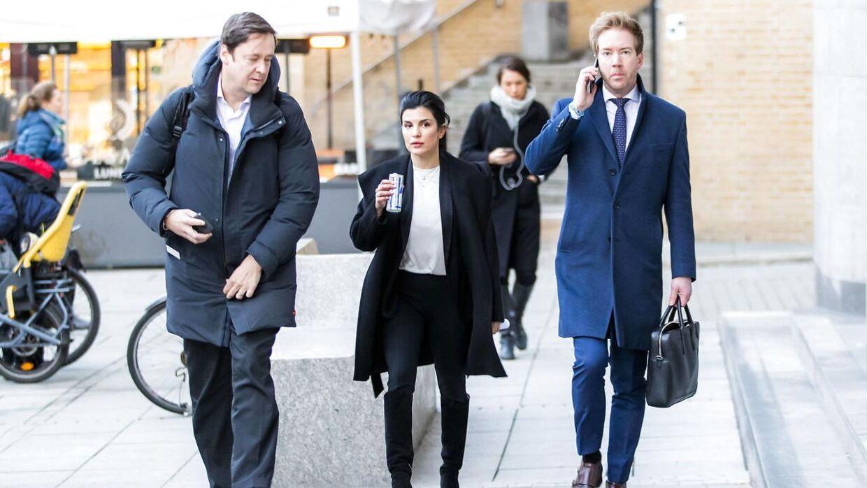 Aylar Lie (i midten) og hendes advokat John Christian Elden ankommer til retten i Oslo.